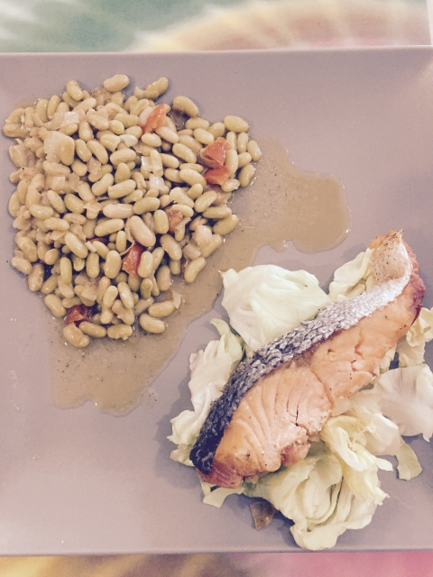 darne de saumon sur un nid de salades flageolets